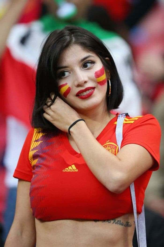 35 Beautiful and Funny Football Fans That Will Entertain You -07