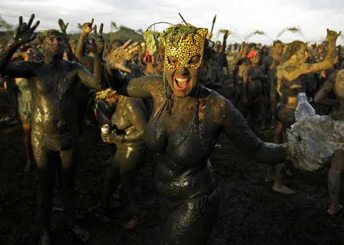 45 Pics Of Weird Mud Party Bloco da Lama in Brazil -01