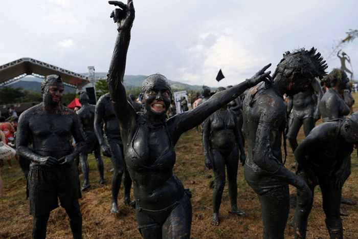 45 Pics Of Weird Mud Party Bloco da Lama in Brazil -02