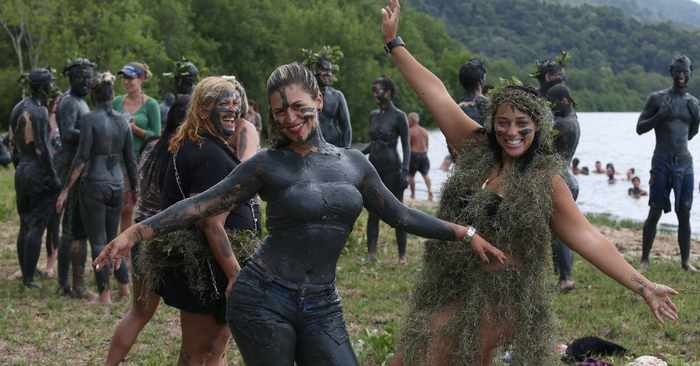 45 Pics Of Weird Mud Party Bloco da Lama in Brazil -04